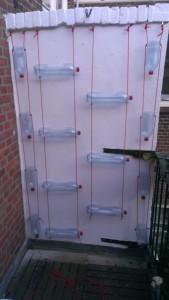 2totaaloverzicht verticale tuin van petflessen